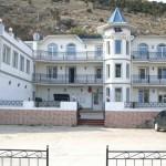 Мрия, вид на отель и «Харчевню Дрейка»